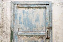 Alte schäbige blaue Tür Stockfoto