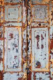 Alte schäbige blaue und gelbe Holztüren eines Gebäudes Lizenzfreie Stockfotografie