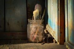 Alte schäbige schmutzige vergessene Bürsten im spiderweb Stockfotografie