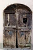 Alte schädigende hölzerne verschlossene Tür Lizenzfreie Stockfotografie
