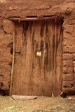 Alte schädigende Tür Stockfoto