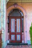 Alte schöne bunte Tür mit Bogen Stockbild
