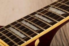 Alte schöne E-Gitarre auf einem Hintergrund des Holzes Lizenzfreies Stockbild