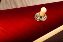 Alte schöne E-Gitarre auf einem Hintergrund des Holzes Stockfotos