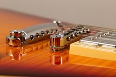 Alte schöne E-Gitarre auf einem Hintergrund des Holzes Lizenzfreie Stockfotos