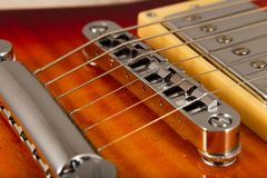 Alte schöne E-Gitarre auf einem Hintergrund des Holzes Stockbild