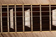 Alte schöne E-Gitarre auf einem Hintergrund des Holzes Stockfotografie