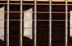 Alte schöne E-Gitarre auf einem Hintergrund des Holzes Lizenzfreie Stockfotografie