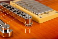 Alte schöne E-Gitarre auf einem Hintergrund des Holzes Lizenzfreie Stockbilder