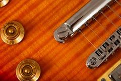 Alte schöne E-Gitarre auf einem Hintergrund des Holzes Stockbilder