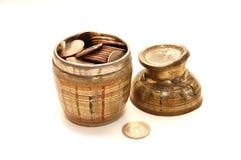 Alte Schüssel gefüllt mit Münzen Lizenzfreies Stockbild