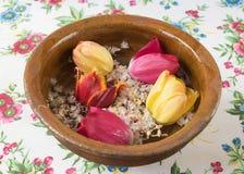 Alte Schüssel mit Blumentulpen und -kastanien Stockfotografie