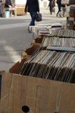 Alte Schallplatten und Bücher setzten sich im Verkauf auf Straße Stockbilder