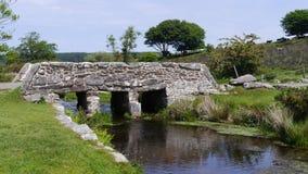 Alte Scharnierventil-Brücke in Nationalpark Süd- West-England Dartmoor Lizenzfreie Stockfotos