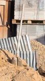 Alte Schaufel auf der Baustelle Lizenzfreies Stockbild