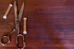 Alte Scheren, Baumwolle und Nadeln Lizenzfreies Stockbild