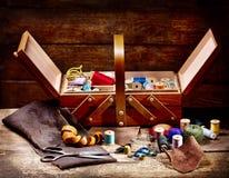 Alte Scheren, verschiedene Threads und nähende Werkzeuge Lizenzfreies Stockbild