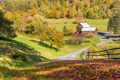 Alte Scheune in der schönen Vermont-Herbstlandschaft Lizenzfreie Stockfotografie