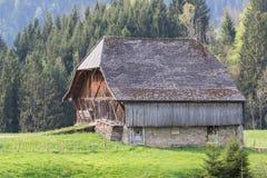 Alte Scheune in einer Weide in den Schweizer Alpen stockbild
