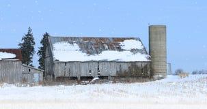 Alte Scheune in einer Winterlandschaft Stockfoto
