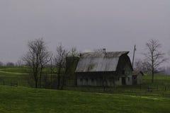 Alte Scheune im Land, das auseinander fällt stockfotografie