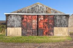 Alte Scheune mit Metalltüren, rostig und rot Lizenzfreie Stockbilder