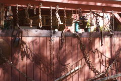 Alte Scheune mit rostigen Bauernhofwerkzeugen Stockbilder