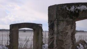 Alte Scheune ruiniert Bau auf dem Gebiet im Winter stock video footage