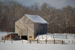 Alte Scheune Snowy mit diagonalen Brettern und Hof Stockbild
