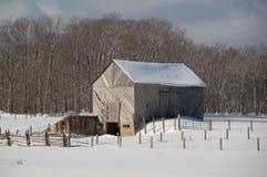 Alte Scheune Snowy mit diagonalen Brettern und Hof lizenzfreies stockfoto