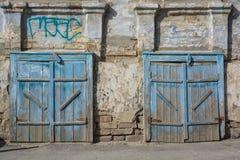 Alte Scheunentür blau gemalt Stockbild