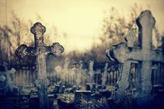 Alte schiefe Grab- Kreuze auf den geworfenen Gräbern am Kirchhof lizenzfreie stockfotografie