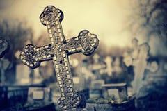 Alte schiefe Grab- Kreuze auf den Gräbern am Kirchhof lizenzfreie stockbilder
