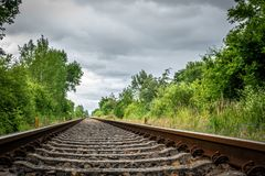 Alte Schienenstränge führen zu Horizont stockfotografie