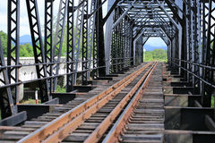 Alte Schienenweisenbrücke, Schienenweisenbau im Land, Reiseweise für Zugreise zu irgendwelchen wo Lizenzfreies Stockfoto