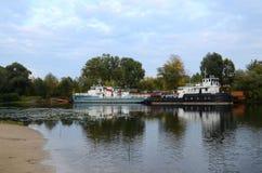 Alte Schiffe auf dem Fluss, Gomel, Weißrussland Lizenzfreie Stockbilder