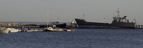 Alte Schiffe in einem Hafen Stockfotos