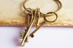 Alte Schlüssel auf altem Buch Stockfoto