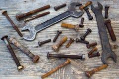 Alte Schlüssel auf den Nüssen - und - Bolzen Lizenzfreie Stockfotos
