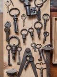 Alte Schlüssel auf hölzerner Wand Lizenzfreies Stockfoto