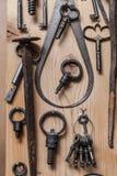 Alte Schlüssel auf hölzerner Wand Lizenzfreies Stockbild