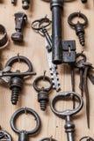 Alte Schlüssel auf hölzerner Wand Stockfotografie