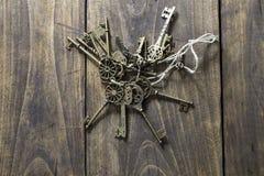 Alte Schlüssel eingestellt auf den Holztisch Lizenzfreie Stockfotos