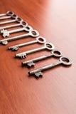 Alte Schlüssel in Folge Stockbilder