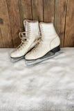 Alte Schlittschuhe und Schal im Schnee stockbild