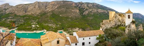Alte Schlossgestalt im 11. Jahrhundert in Guadalest Spanien Berge und ein See ist hinter lizenzfreie stockbilder