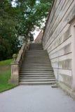 Alte Schlosstreppe und Bäume 2 Lizenzfreies Stockfoto