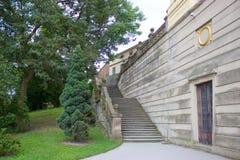 Alte Schlosstreppe und -bäume Stockfoto