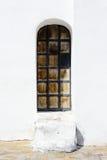 Alte schmale Holztür mit Eisenpolsterung Lizenzfreies Stockfoto