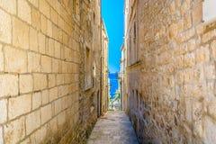 Alte schmale Mittelmeerstraße in Kroatien lizenzfreie stockbilder